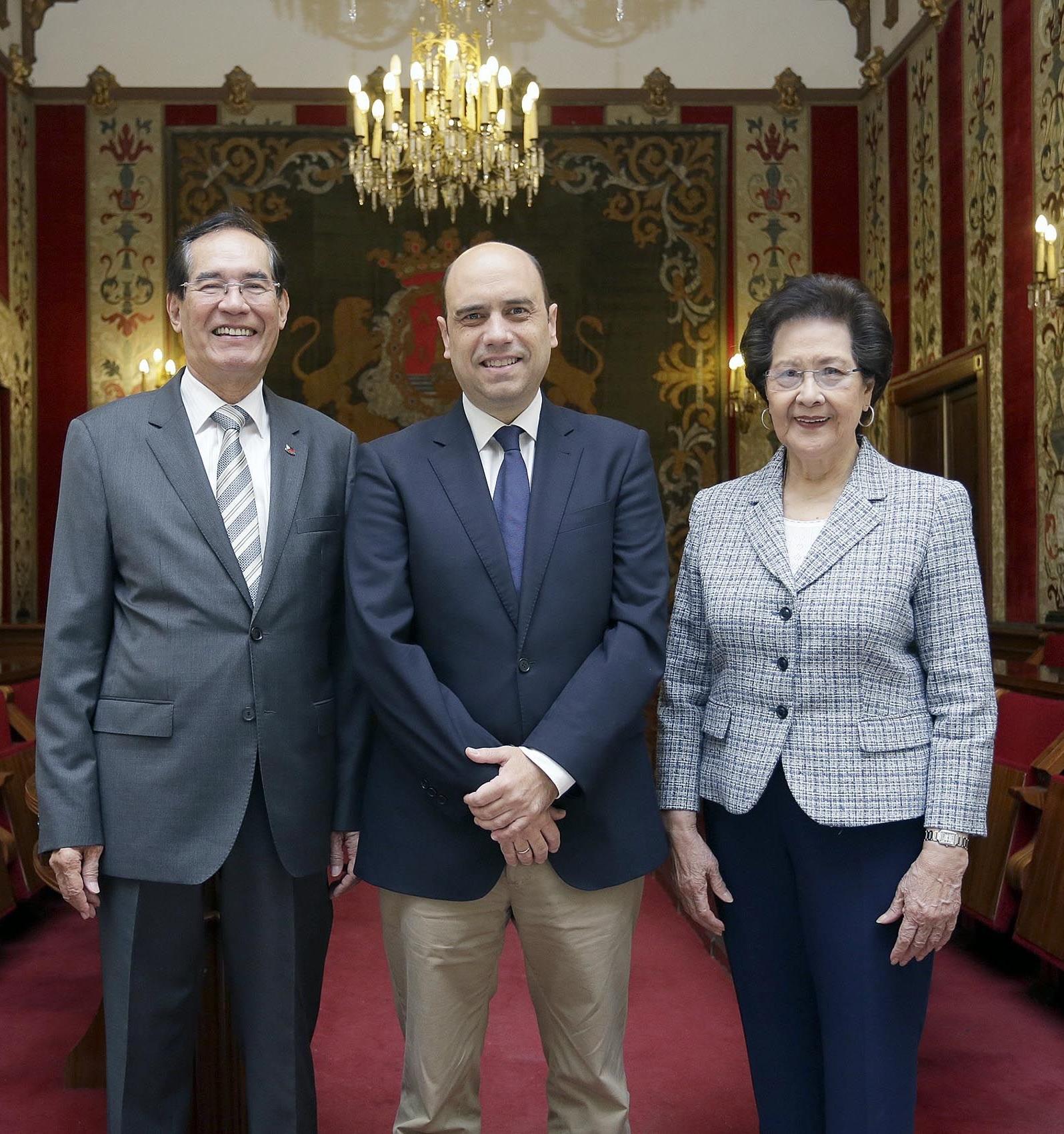 Photo courtesy of the Ayuntamiento de Alicante. L-R. Ambassador Carlos C. Salinas, Mayor Gabriel Echavarrí, and Mrs. Isabelita T. Salinas.