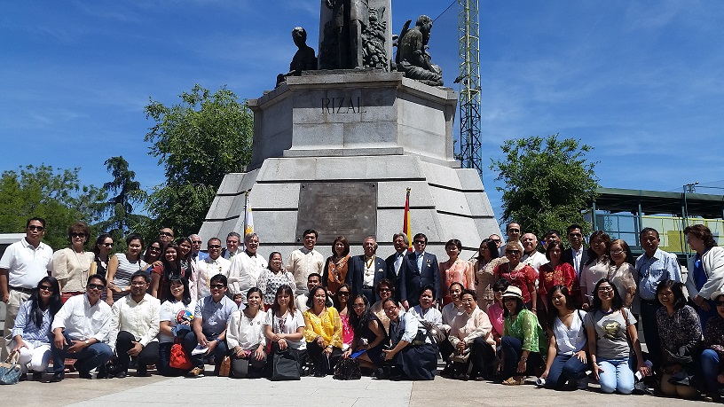 Group photo: Philippine Embassy in Madrid Officers and Staff; members of the Order of Knights of Rizal; and the Filipino community.