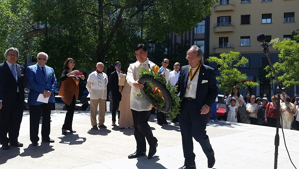 Minister and Consul General Emmanuel R. Fernandez and Sir Federico Sánchez Aguilar making the flower offering.