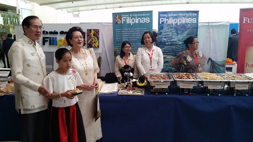 Amb. Carlos C. Salinas, Mrs. Isabelita T. Salinas, and volunteers at the Philippine booth.
