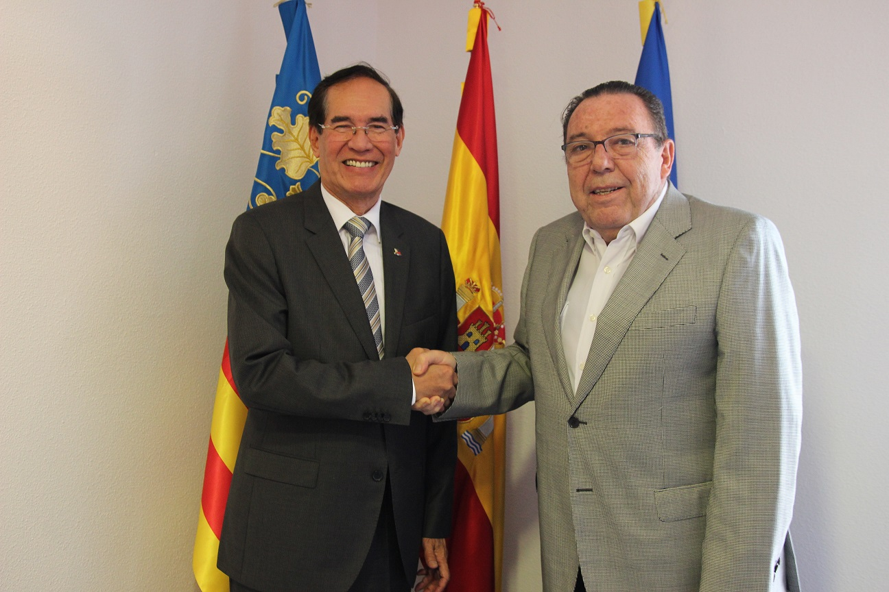 Photo courtesy of the Chamber of Commerce in Alicante. L-R: Ambassador Carlos C. Salinas and Mr. José Enrique Garrigós Ibáñez