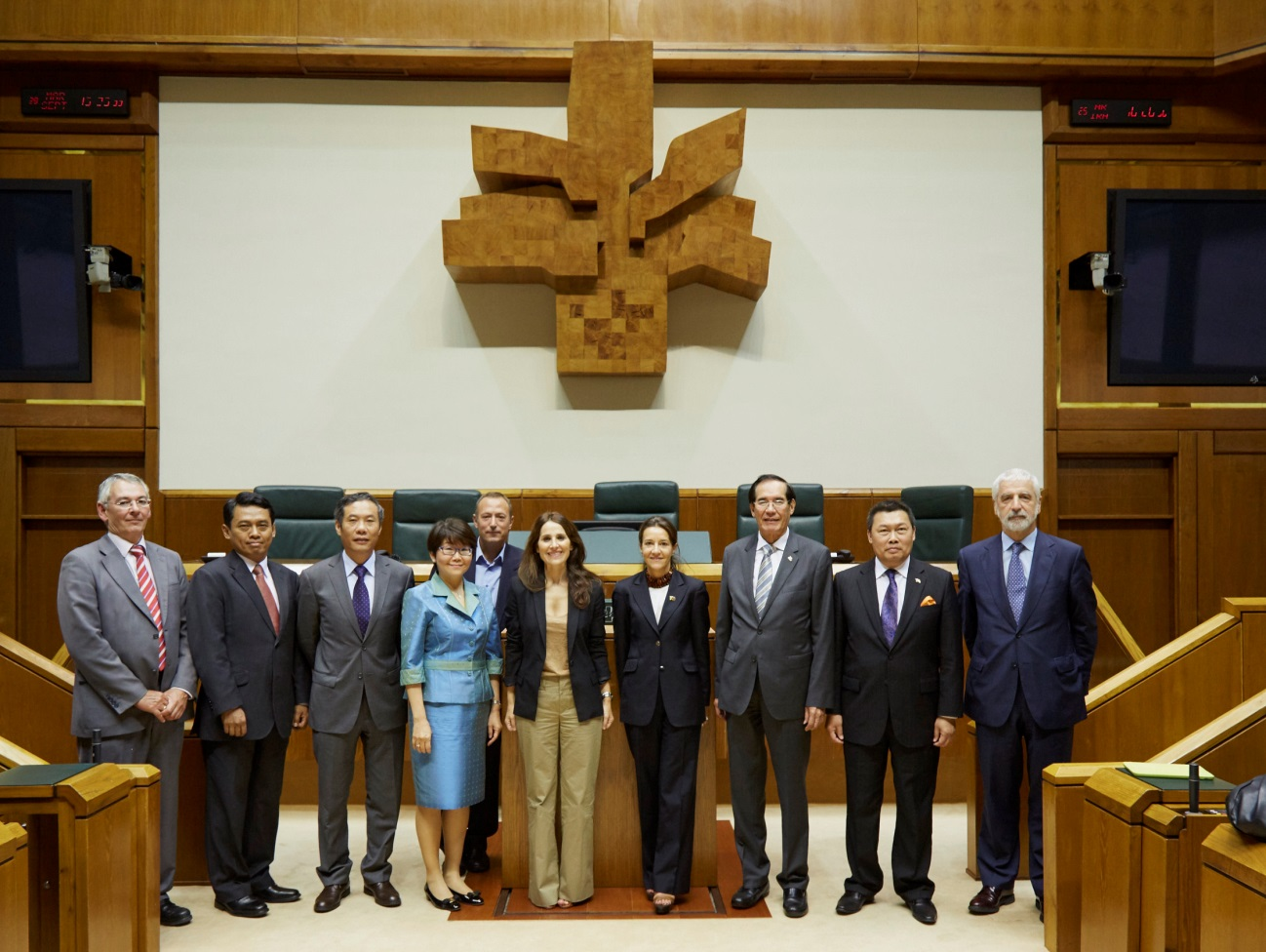 Pres. Barkatxo Tejerina of the Basque Parliament (fifth from right) with the ASEAN Ambassadors, the Philippie Honorary Consul in Bilbao and Basque parliamentarians. Photos courtesy of Eusko Legebiltzarra.