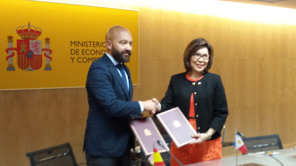 Philippine Tourism Secretary Wanda Tulfo-Teo and Spanish Secretary of State for Trade Jaime García-Legaz shake hands after the signing
