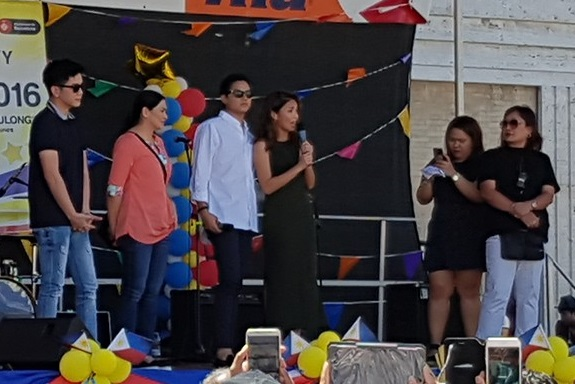 Young stars, Daniel Padilla and Kathryn Bernardo, greeting the Filipino community before the shooting of their movie at Plaza dels Angels.