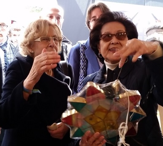 Mrs. Isabelita Salinas presents a capiz lantern to Madrid Mayor Manuela Carmena.